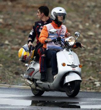 Buemi vuelve al 'paddock' en moto tras abandonar en Corea