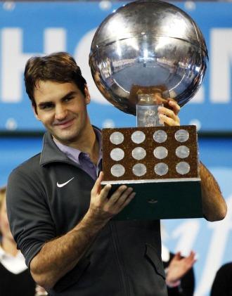 Roger Federer posa con el trofeo conseguido en Estocolmo.