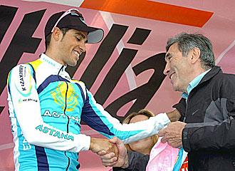Merckx saludando a Contador en el Giro 2008.