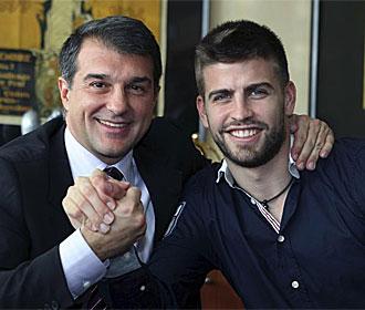 Laporta y Piqu�, tras la firma del contrato del defensa.