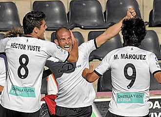 Miguel Garc�a celebrando un gol con dos compa�eros.