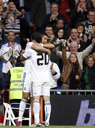 Cristiano y Higua�n celebran uno de los goles al Racing.