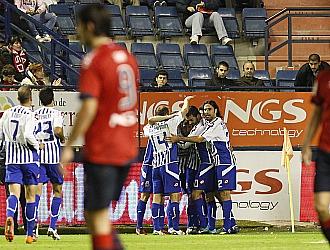 Los jugadores del Depor celebran el gol anotado por Sa�l