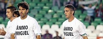 Los jugadores del Betis homenajean a Miguel Garcia