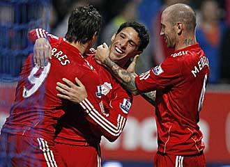 Torres celebra junto a sus compa�eros el gol de la victoria.