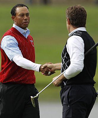 Tiger estrecha la mano de Westwood en la pasada Ryder Cup