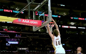 Pau Gasol machacando el aro de los Warriors