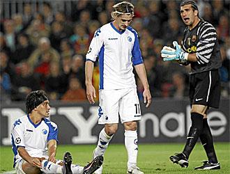 Christian Bola�os y C�sar Santin junto a Pinto en el partido de ida.