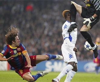 Momento en el que Vald�s da una patada a N'Doye en la cabeza durante el partido.