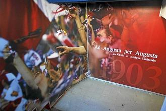 El mural que ven los jugadores del Atl�tico justo antes de subir las escaleras hacia el c�sped