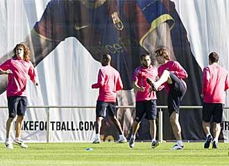 Varios jugadores del Barcelona realizan diferentes ejercicios f�sicos durante la sesi�n preparatoria de este jueves.