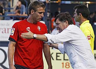 Nacho Monreal recibe instrucciones de Jos� Antonio Camacho durante un partido de la Liga BBVA de esta temporada.