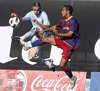 Thiago pelea por un bal�n con Sergio Ortega, del Celta.
