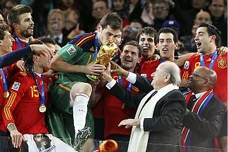 Casillas besa la Copa de campeones del mundo antes de alzarla en la ceremonia de la final del pasado Mundial