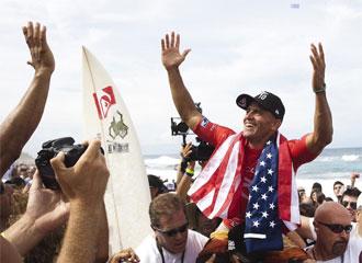 Slater fue aclamado al llegar a la orilla