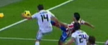 Momento de las manos de Xabi Alonso
