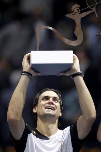 David Ferrer posa con el trofeo de campe�n en Valencia.
