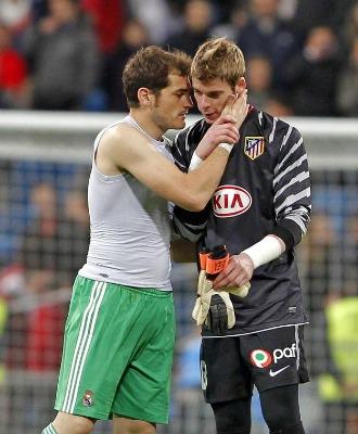 Casillas consuela a De Gea al t�rmino del derbi.