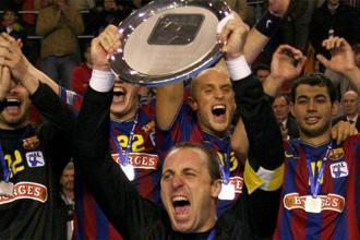 El ex capit�n del Barcelona, David Barrufet, levantando el t�tulo la pasada temporada
