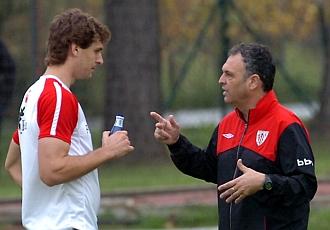 Caparr�s habla con Llorente en un entrenamiento.