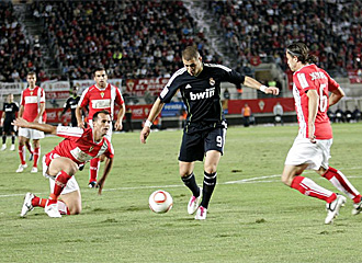 Benzema, en la imagen en el partido de ida, volver� a tener una oportunidad como titular