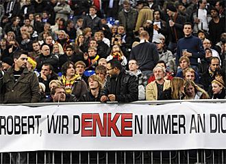 Aficionados del Hannover recuerdan a Enke con una pancarta