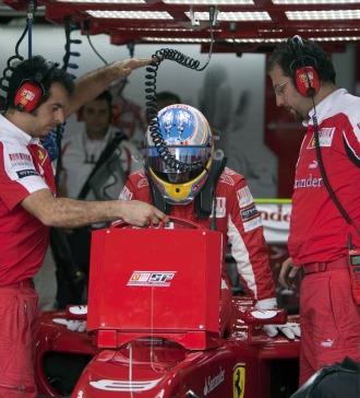 Fernando Alonso, jubnto a algunos de los miembros de su equipo en Interlagos
