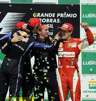 Los pilotos de Red Bull bromean con Alonso en el podio de Interlagos.