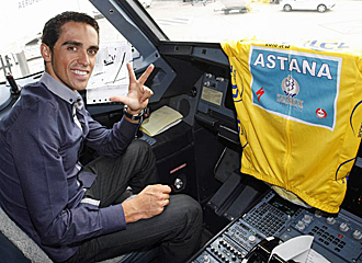 Contador en el avi�n de vuelta a Espa�a tras el Tour.