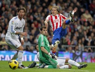 Forl�n remata a puerta ante la mirada de Casillas, Sergio Ramos y Carvalho.