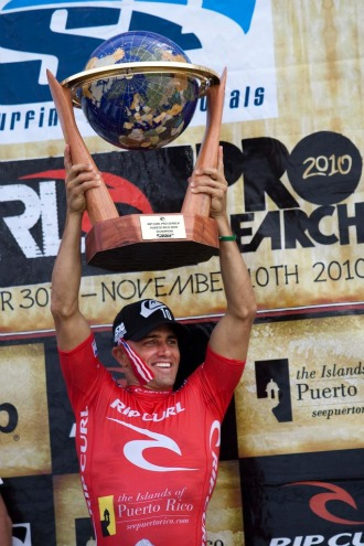 Kelly Slater levante el trofeo que le acredita como diez veces campe�n del mundo.