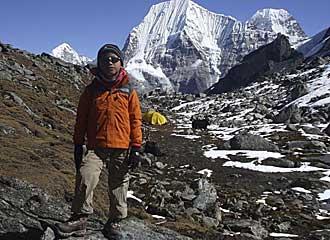 El joven Tseten en la base del Monte Ramdung.