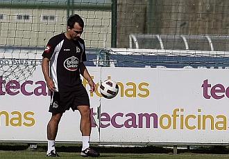 Morel toca el bal�n en un entrenamiento