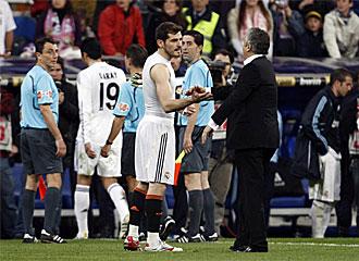 Preciado saluda a Casillas a la finalizaci�n del Madrid-sporting de la pasada campa�a.