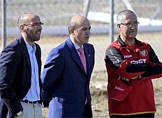 Monchi, Del Nido y Manzano, en un entrenamiento del Sevilla.