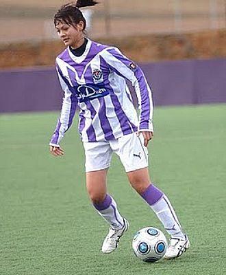 La jugadora del Valladolid controla el bal�n en un partido de esta temporada