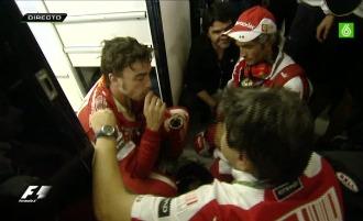 Alonso, consolado por su equipo nada más acabar la carrera