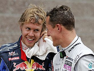 Vettel conversa amistosamente con Schumacher