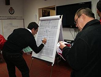 Antonio Gómez durante la explicación táctica previa a un partido