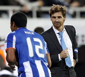 Andr� Villas-Boas, junto a Hulk, durante un reciente partido del Oporto en la Europa League.