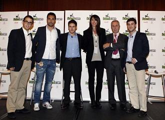 Sergio Asenjo, Carlota Castrejana y Juan Antonio P�rez S�nchez, junto a Jaime, Pablo y V�ctor de Futmi, este lunes en Madrid.