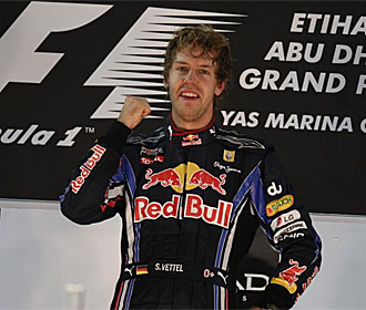 Vettel sonr�e en el podio de Abu Dabi.
