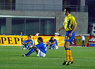 Unos futbolistas protestan con una sentada al inicio del partido.