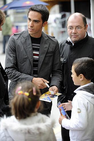 Contador firma un aut�grafo en un criterium celebrado recientemente en Oviedo.