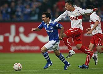 Jos� Manuel Jurado se zafa de la marca de dos rivales durante un encuentro de la Bundesliga.