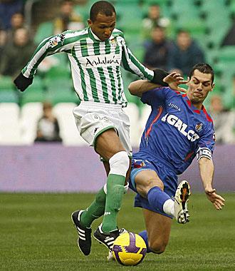 Casquero disputa un bal�n con Mehmet Aurelio en el �ltimo partido liguero entre Getafe y Betis.