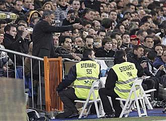 Jos� Mourinho da instrucciones desde la grada a sus jugadores durante el partido de vuelta de los dieciseisavos de final de la Copa del Rey frente al Murcia.