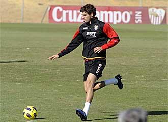 Federico Fazio corre con el bal�n controlado durante el partidillo que la plantilla del Sevilla disput� durante el entrenamiento.