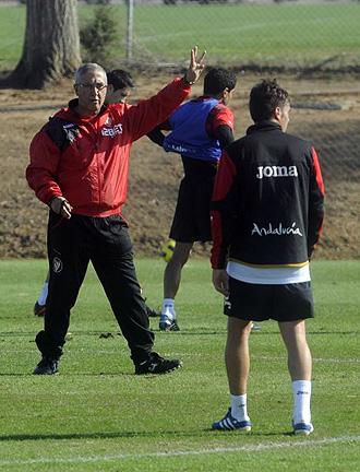 Manzano, en un entrenamiento del Sevilla.