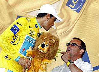 Contador habla con Hinault al final de una etapa.